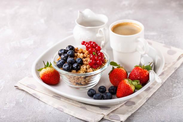 Frühstück - Müsli, Beeren und Kaffee. Selektiver Fokus. Kopierraum – Foto