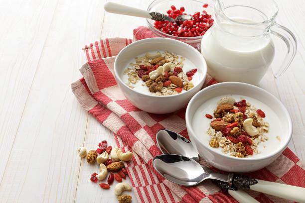 Prima colazione: E Yogurt ai cereali, melograno - foto stock