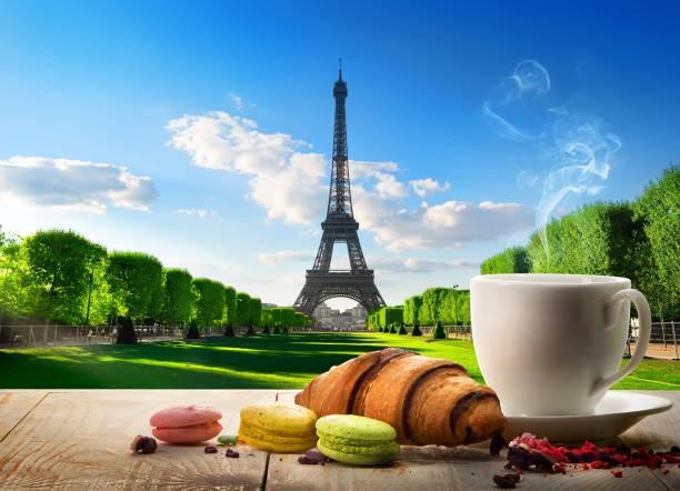 frühstück in der nähe von eiffelturm - französische land tisch stock-fotos und bilder
