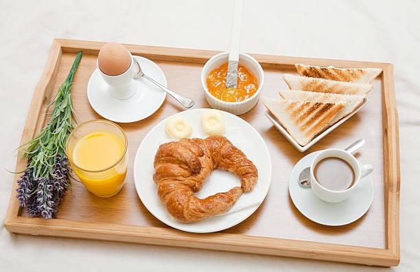 frühstück auf einem hotel/tee-sortiment - tablett holz stock-fotos und bilder