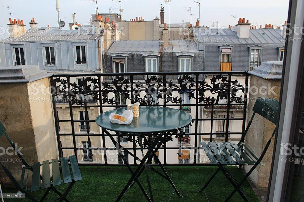 Desayuno en el balcón en París - foto de stock