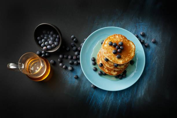 Frühstück: Pfannkuchen, Sirup und Heidelbeeren Stillleben – Foto