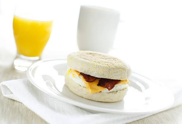 horizontale breakfast sandwich - käsemuffins stock-fotos und bilder