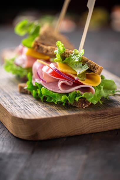 Frühstücks-Sandwich auf hölzernen Portion board – Foto