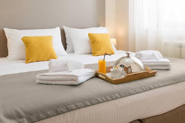 śniadanie serwowane na łóżku hotelowym - motel zdjęcia i obrazy z banku zdjęć
