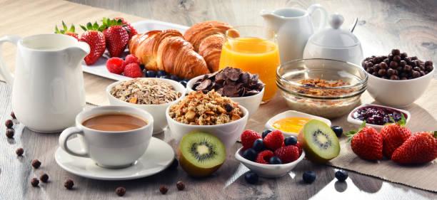 desayuno con café, zumo, croissants y frutas - desayuno fotografías e imágenes de stock