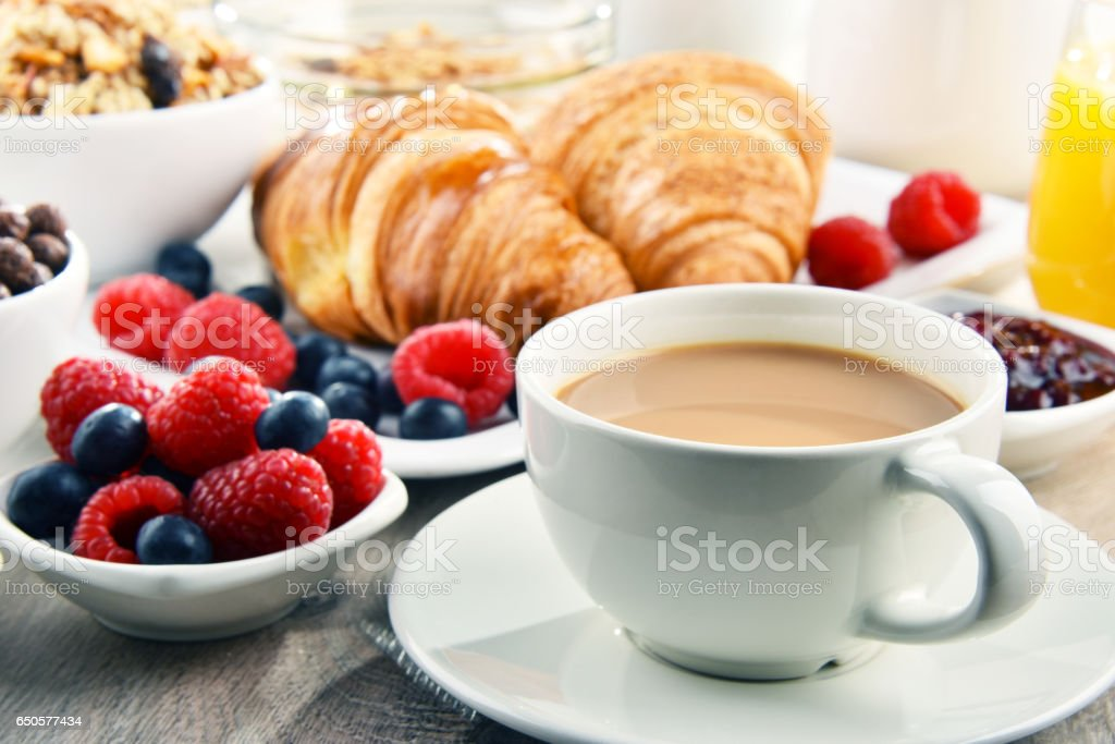 Breakfast served with coffee, juice, croissants and fruits – Foto