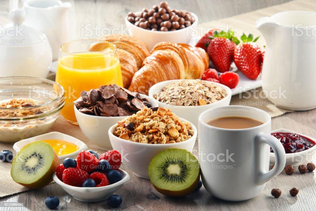 Frukost med kaffe, juice, croissanter och frukter bildbanksfoto