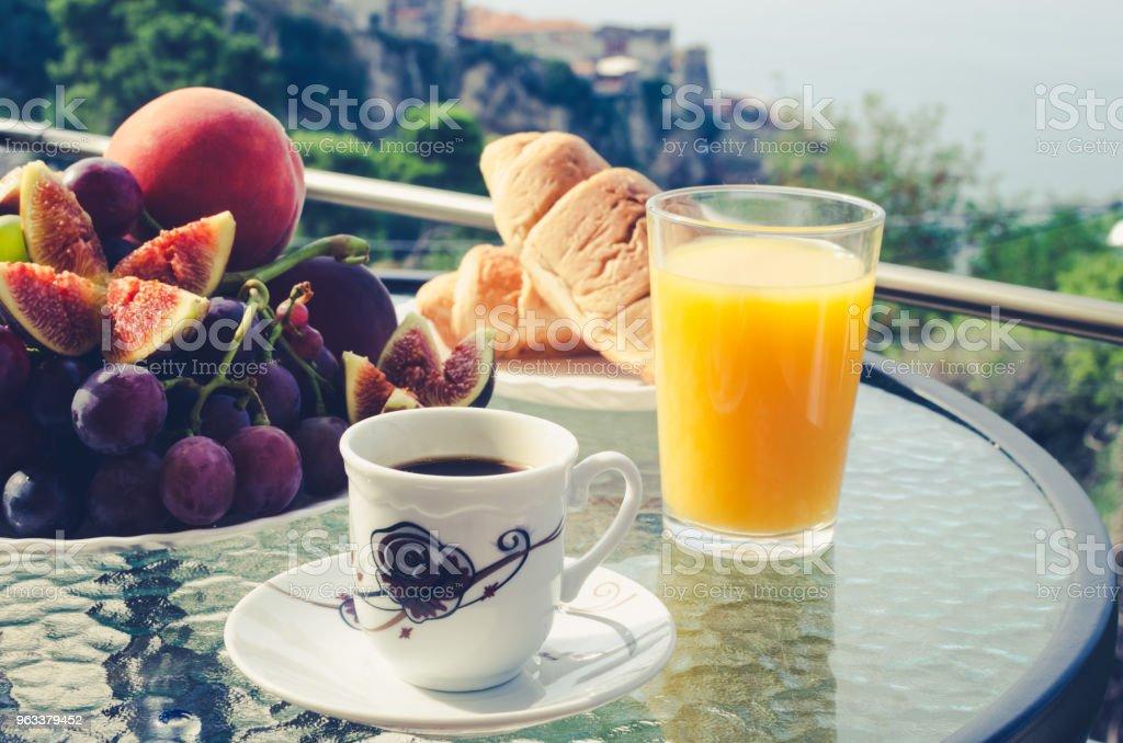Breakfast table outdoors - Zbiór zdjęć royalty-free (Aranżować)