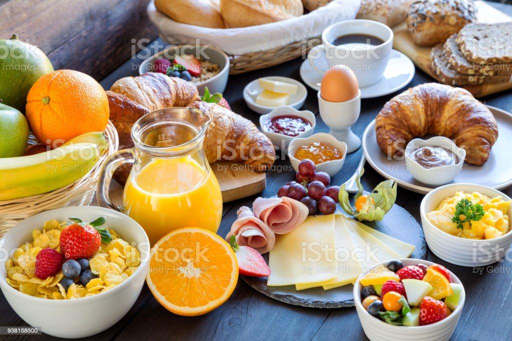 frukostbordet bildbanksfoto