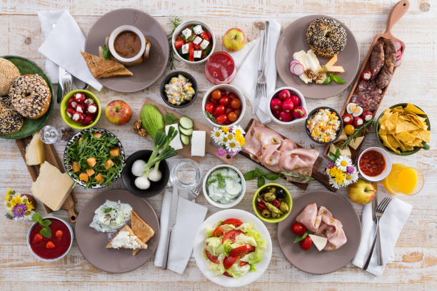 frühstückstisch - käse wurst salat stock-fotos und bilder