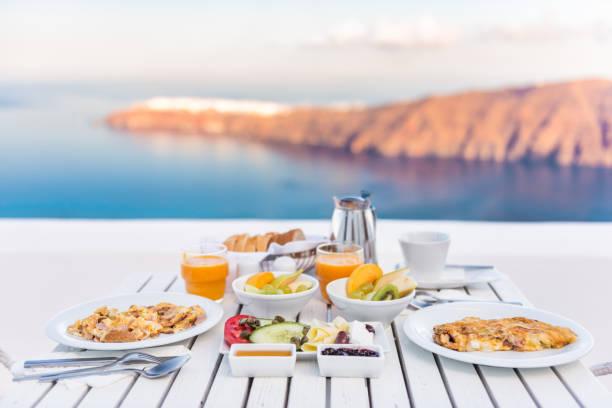 frühstückstisch romantisch am meer in santorin - ägäische inseln stock-fotos und bilder