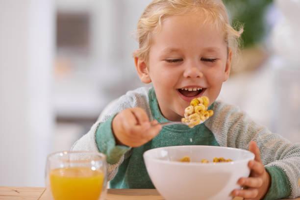 frühstück-zeit - innocent saft stock-fotos und bilder