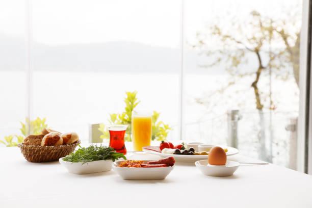 frühstück-zeit - käse wurst salat stock-fotos und bilder