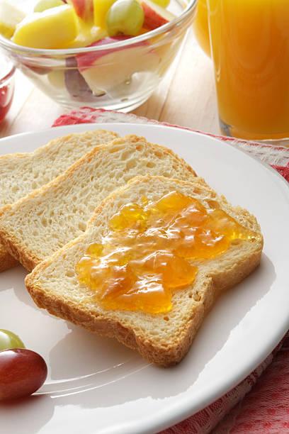 frühstück: toast, obst, salat und orange juice - ananas marmelade stock-fotos und bilder