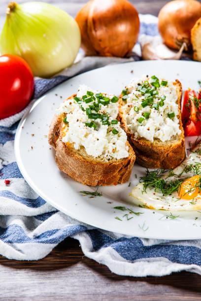 Frühstück - Toast, Spiegelei und Gemüse – Foto