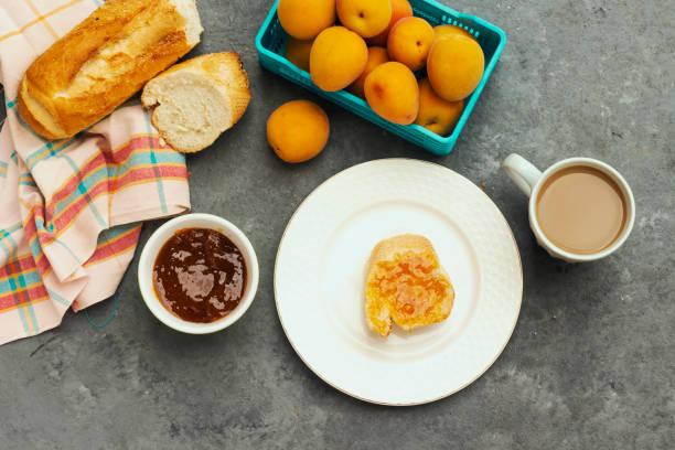 Frühstück mit Aprikosenmarmelade und Brotscheibe – Foto