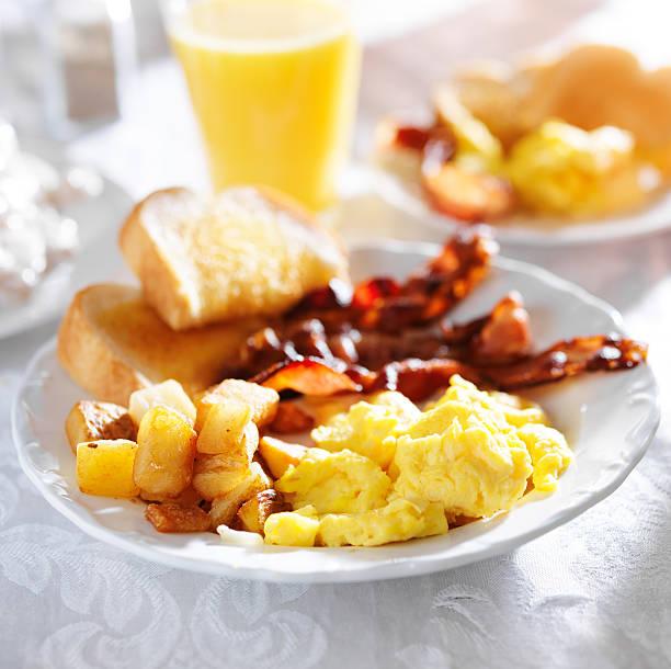 frühstück mit schinken, eiern und selbstgemachten pommes frites - haschee stock-fotos und bilder