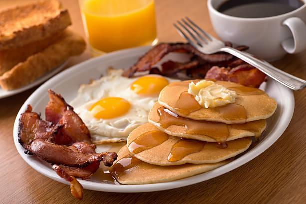 desayuno con huevos, tocino, panqueques, tostadas - desayuno fotografías e imágenes de stock