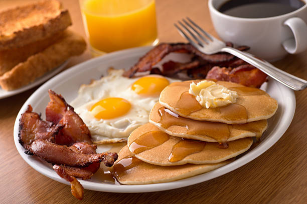 breakfast with bacon, eggs, pancakes, and toast - ontbijt stockfoto's en -beelden
