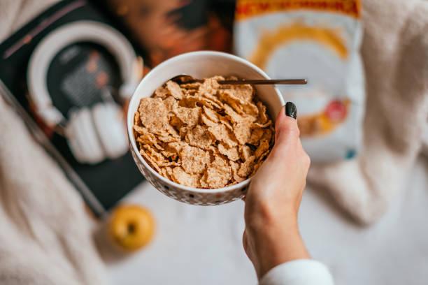 desayuno con cereales - corn flakes fotografías e imágenes de stock