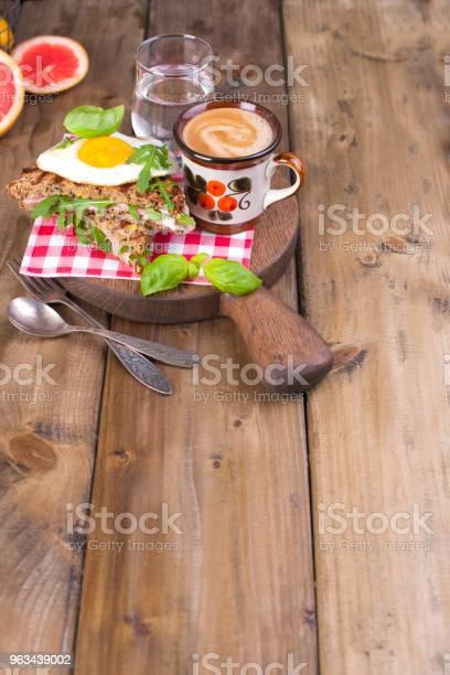 Śniadanie Z Kawą Tostami Masłem I Dżemem Na Drewnianym Tle Kopiuj Miejsce - zdjęcia stockowe i więcej obrazów Anglia