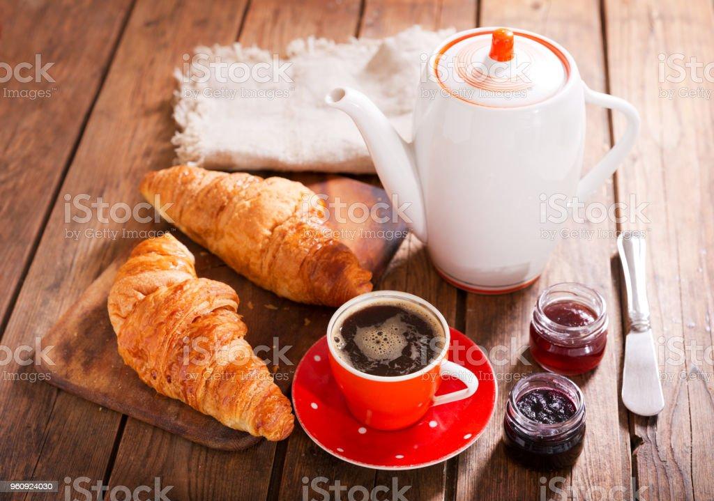 Frühstück mit Croissants, Kaffee und Marmelade - Lizenzfrei Bäckerei Stock-Foto