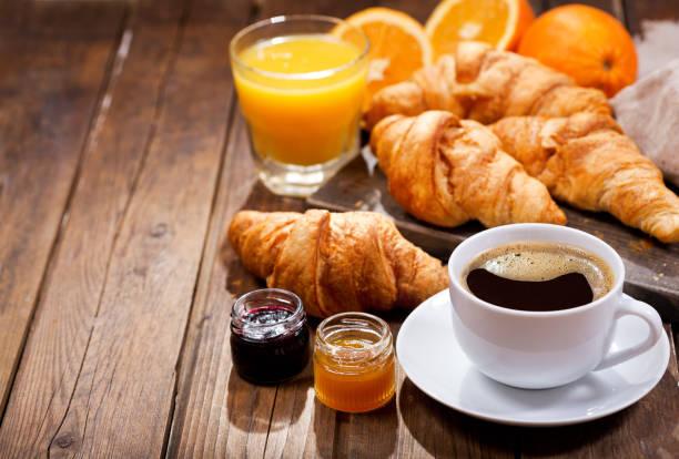 desayuno con café y medialunas - desayuno fotografías e imágenes de stock