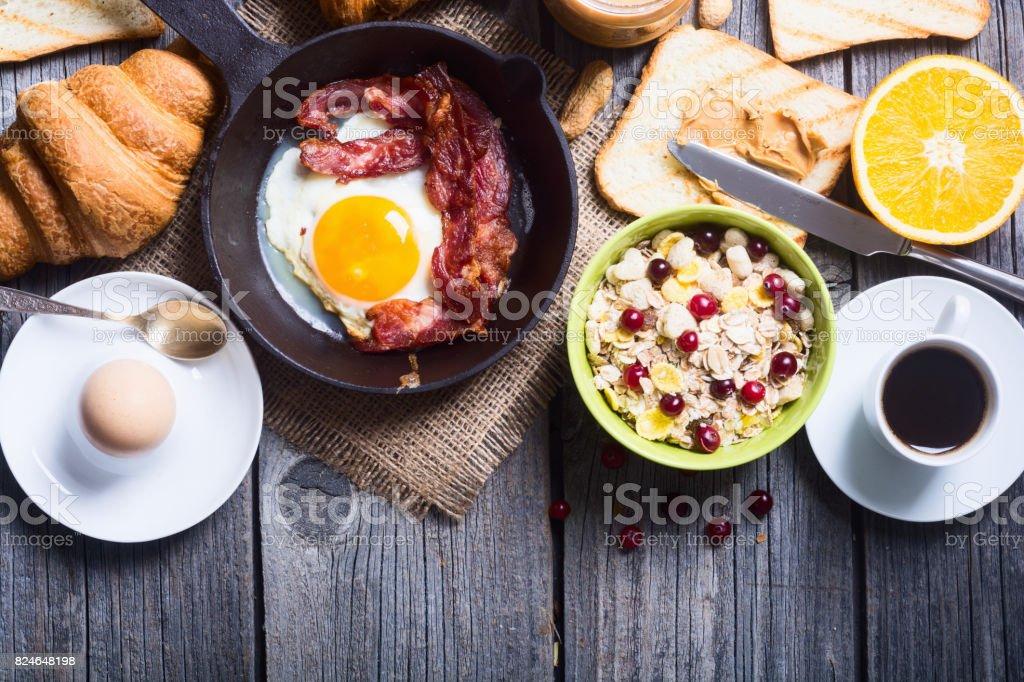 Frühstück mit nach Wunsch zubereiteten Eiern – Foto