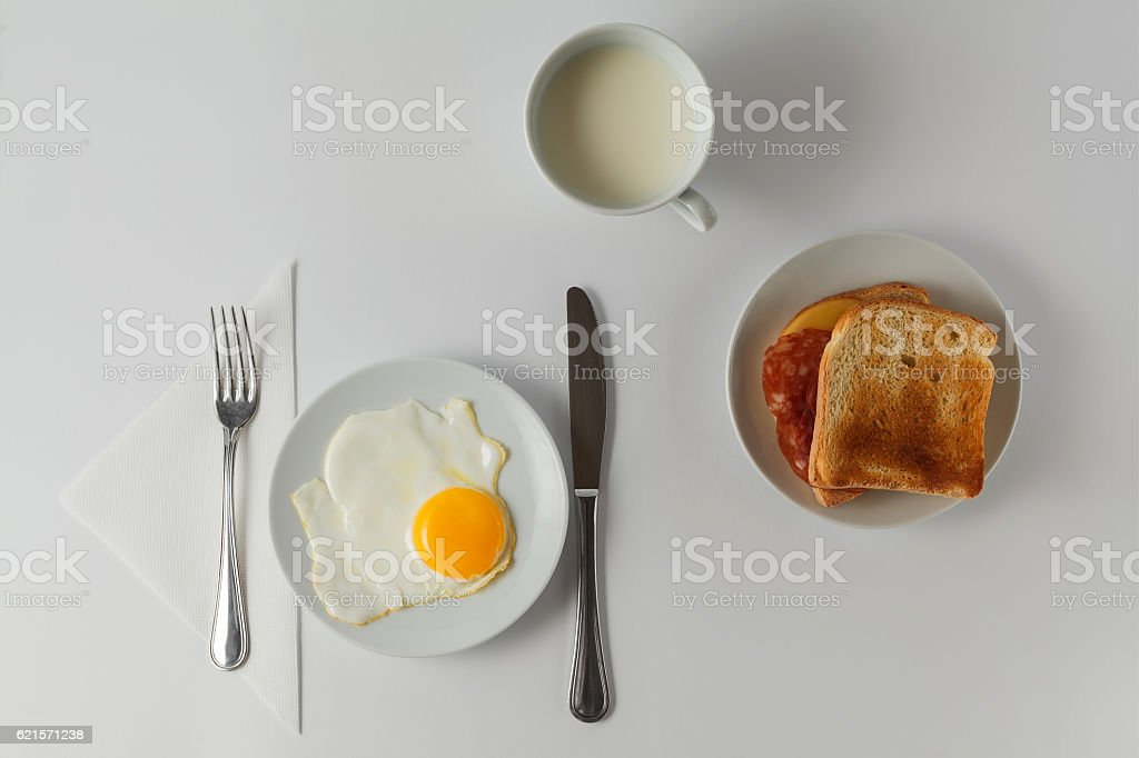 breakfast with fried eggs, toasts, milk on the table. photo libre de droits