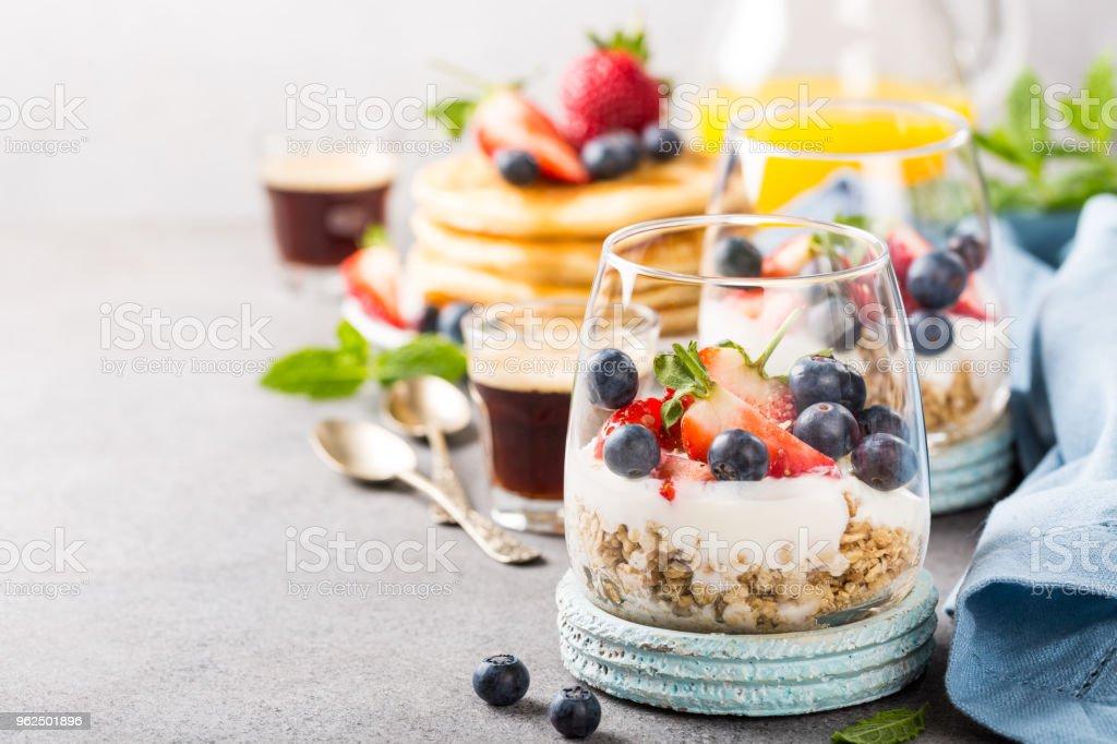 Café da manhã com granola, panquecas e bagas - Foto de stock de Alimentação Saudável royalty-free