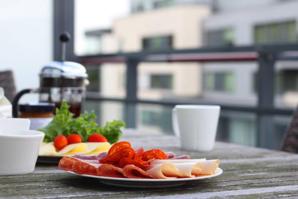 frühstück mit sandwich und kaffee - käse wurst salat stock-fotos und bilder