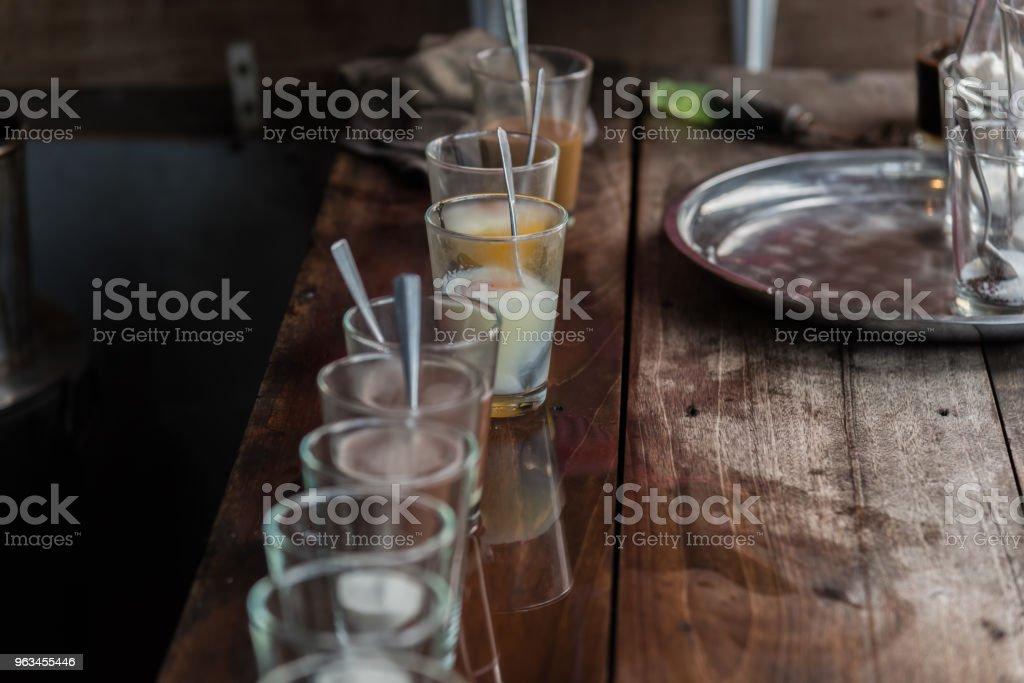 Rafadan yumurta ve vintage kahve kahvaltı - Royalty-free Ahşap Stok görsel