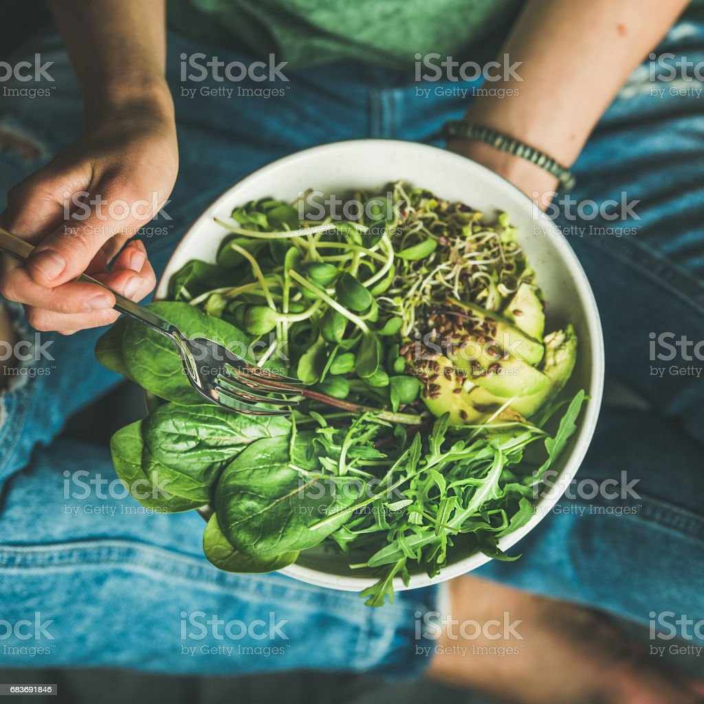Desayuno con espinacas, rúcula, aguacate, semillas, brotes. Cultivo cuadrado - foto de stock