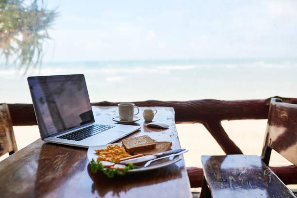 frühstück mit der besten aussicht - reiseblogger stock-fotos und bilder