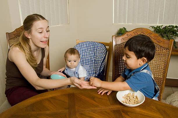 frühstück mit den kindern - kinderstuhl und tisch stock-fotos und bilder