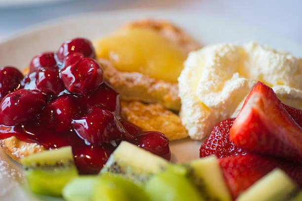 frühstück mit waffeln und obst - sonntagsbrunch stock-fotos und bilder