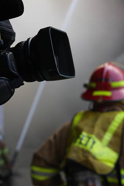 aktuelle news - feuerwehr videos stock-fotos und bilder