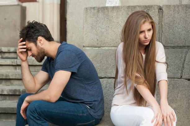 不良少女と悲しい彼氏とカップルの崩壊 - 羨望 ストックフォトと画像