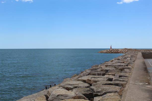 Rompeolas en el puerto de Les Cases d'Alcanar, España - foto de stock