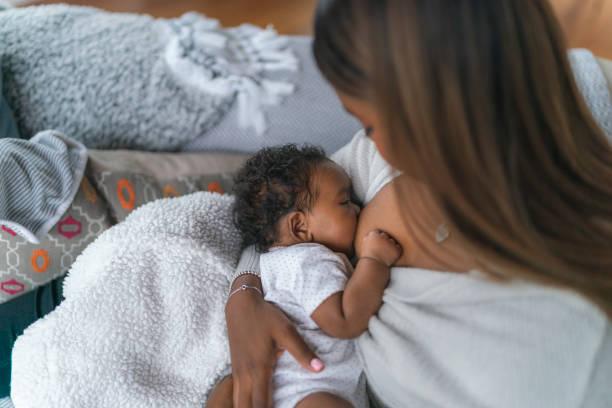 breastfeeding baby - breastfeeding imagens e fotografias de stock