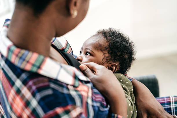 breastfeeding moment - amamentação imagens e fotografias de stock