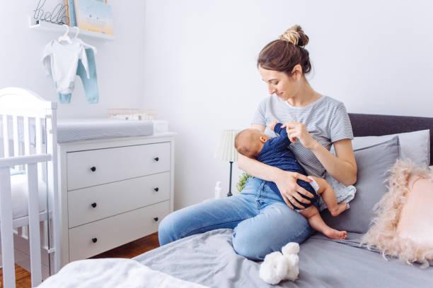 breastfeeding mother - amamentação imagens e fotografias de stock