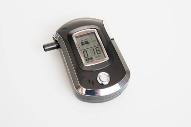 alcoolímetro álcool isolado no fundo branco - bafometro - fotografias e filmes do acervo