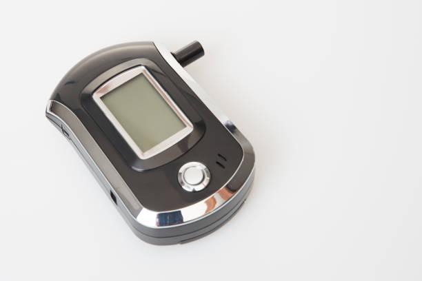 analisador de respiração para medir o teor de álcool do sangue não bebo e conceito de carro com bafômetro - bafometro - fotografias e filmes do acervo