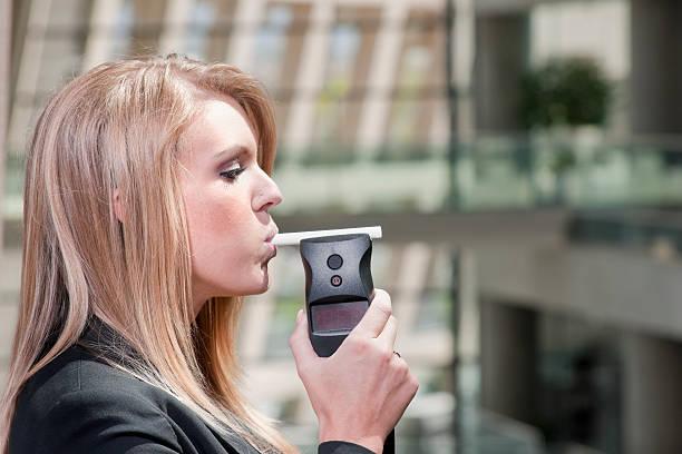 breathalizer teste - bafometro - fotografias e filmes do acervo