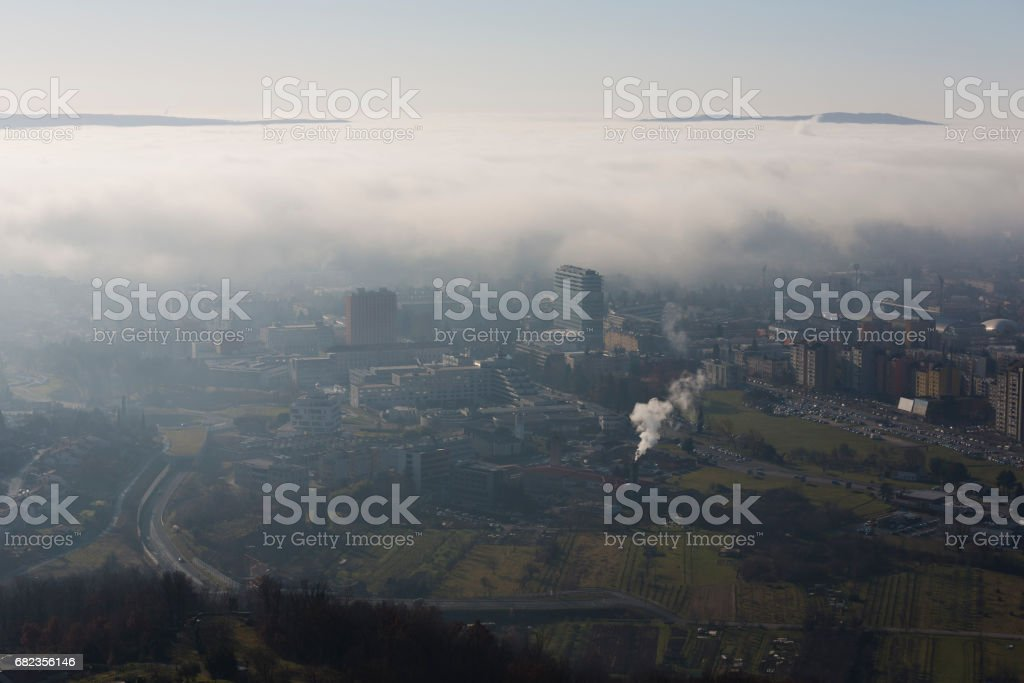 Breathtaking fog wave rolling into the city foto stock royalty-free