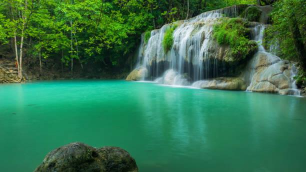 deslumbrante cachoeira verde na floresta tropical, erawan cachoeira localizada a província de kanchanaburi, tailândia - cascata - fotografias e filmes do acervo