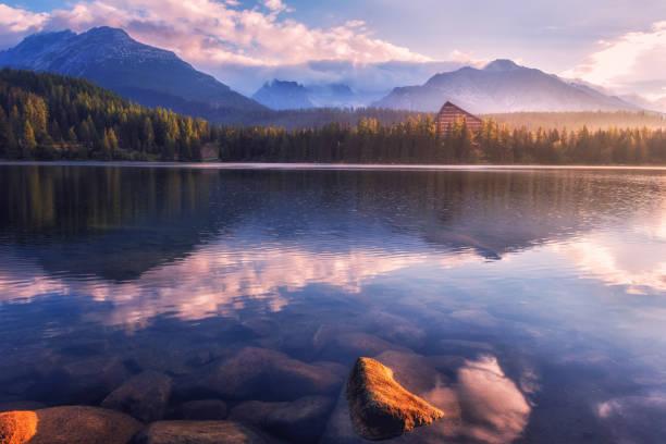 Atemberaubenden Blick auf den Alpensee bei Sonnenaufgang, nebligen Sommerlandschaft, Tourist resort See Strbske Pleso, hohe Tatra, Slowakei – Foto