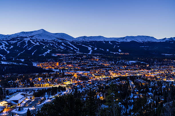 breckenridge, colorado au crépuscule pistes de ski l'hiver - station de ski photos et images de collection